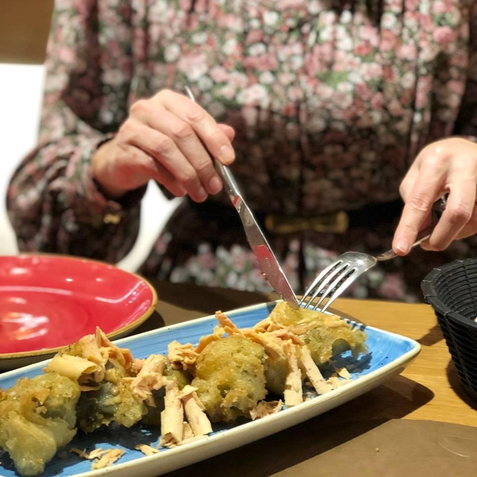alcachofas en tempura con foie