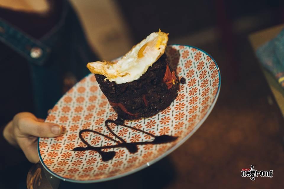 timbal de morcilla con piquillos y huevo frito