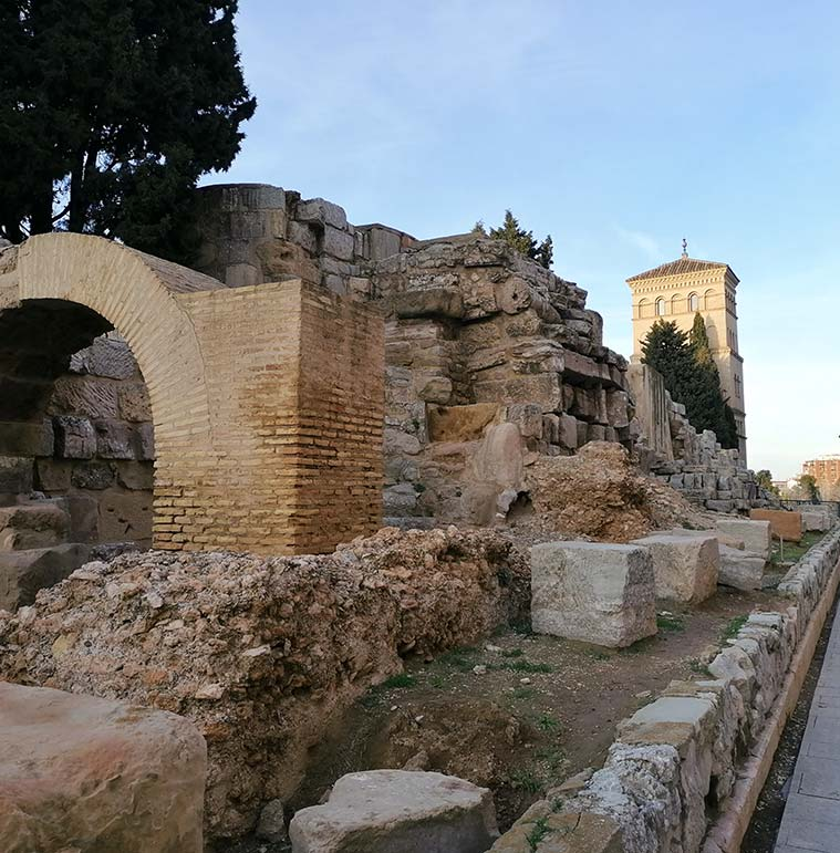 parte-posterior-de-la-muralla-romana-de-zaragoza-con-el-Torreon-de-la-Zuda-al-fondo