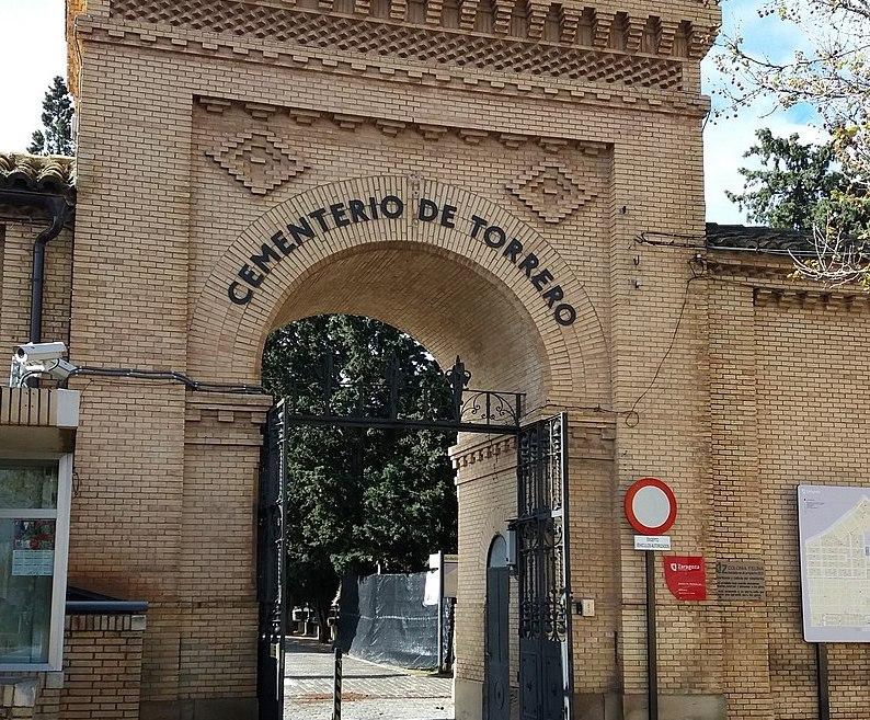 800px-Acceso_a_cementerio_antiguo