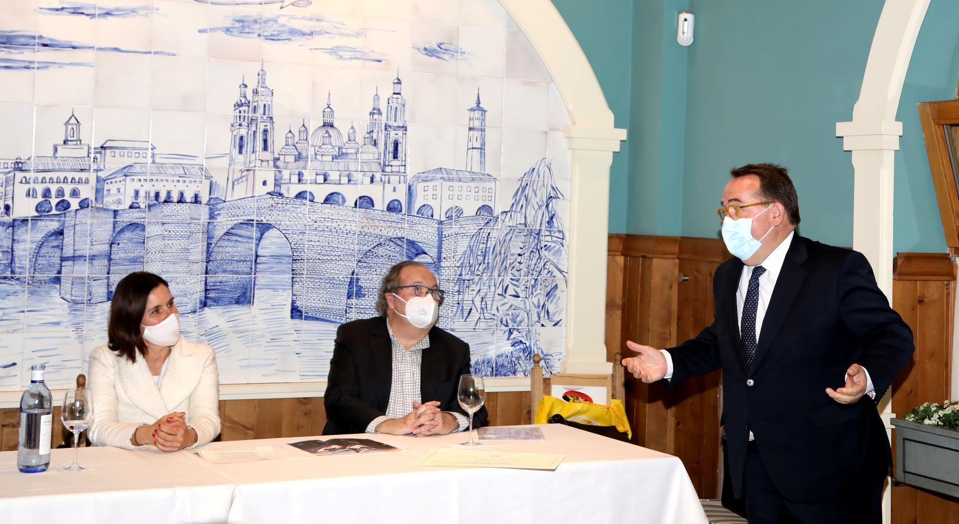 Elena Allué, Ángel González y José Luis Yzuel en la entrega de los Premios de Gastronomía 2020